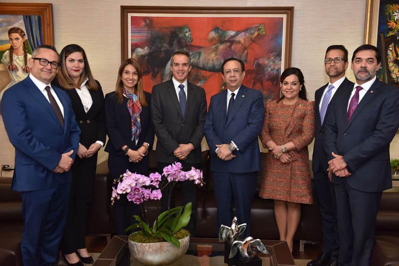 De izquierda a derecha, Salvador Pérez, Nidia Martínez, Sofia Antor, Eduardo Coello, Héctor Valdez Albizu, Fabiola Herrera, Jorge Lemus, y Ángel González Tejada