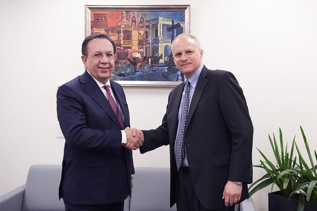 El gobernador del BCRD, Héctor Valdez Albizu y Alejandro Werner, director del Departamento del Hemisferio Occidental del FMI, durante su encuentro