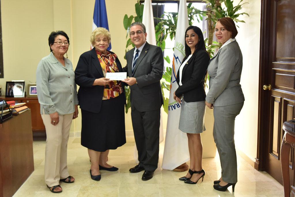 La Dra. Ligia Leroux, directora de Cruz Roja dominicana, recibe el donativo de manos de Luis Martin Gómez, vicepresidente ejecutivo del Voluntariado Bancentraliano. Les acompañan Noelisa Paula Rojas, Soraya Bautista y Yanery Mora
